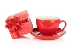 Rote Kaffeetasse und Geschenkbox mit Bogen Lizenzfreies Stockbild