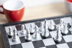Rote Kaffeetasse und Schachbrett Lizenzfreie Stockbilder