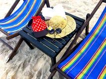 Rote Kappe mit weißen Tupfen, Strohhut, Blumen, Buch und gesungen stockfoto