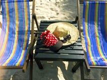 Rote Kappe mit weißen Tupfen, Strohhut, Blumen und Sonnenbrille lizenzfreie stockfotos