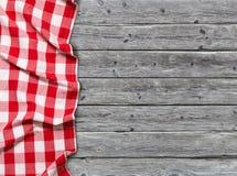 Rote karierte Tischdecke auf hölzernem Hintergrund lizenzfreies stockfoto