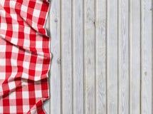 Rote karierte Tischdecke auf weißem hölzernem Hintergrund stockfoto