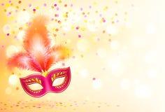 Rote Karnevalsmaske mit Federn auf bokeh beleuchtet Stockbild