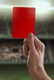 Rote Karte mit der Hand vom Referenten, der eine Strafe gibt Lizenzfreies Stockbild
