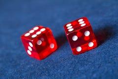 Rote Kasinowürfel Stockfotos