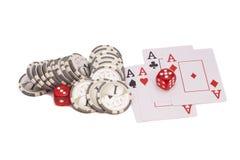 Rote Kasinowürfel, vier Spielkarten der Asse und Kasinochips Stockfotografie