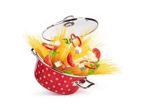 Rote Kasserolle mit Teigwaren und Käse, Gemüse, lokalisiert stockfotos