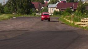 Rote Katze, die als Löschfahrzeug oder Notfall auf der Rennstrecke schaut stock video footage