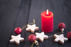 Rote Kerze auf Holztisch und Weihnachtselementen Lizenzfreies Stockbild