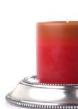 Rote Kerze auf wulstiger Zinn-Halterung stockfotos