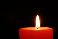 Rote Kerze in der Dunkelheit Lizenzfreie Stockfotos