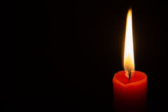 Rote Kerze in der Dunkelheit Stockbilder