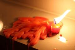 Rote Kerze, die auf weißem mable schmilzt Lizenzfreies Stockbild
