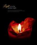 Rote Kerze mit Flamme und schmelzendem Wachs, schwarzer Hintergrund, Probe Stockbild