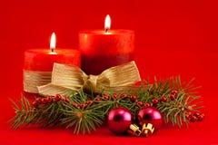 Rote Kerze mit Weihnachtsbaum Stockfotografie
