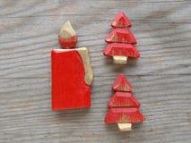 Rote Kerze und Weihnachtsbäume lizenzfreie stockbilder