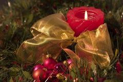 Rote Kerze- und Weihnachtskugeln Stockbilder
