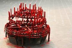 Rote Kerzen am chinesischen Buddha-Tempel Stockbild