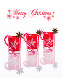 Rote Kerzen, Kerzenhalter mit Kristallschneeflocken und Zuckerrohre auf reflektierendem weißem Plexiglashintergrund mit Kopie spa Stockbilder