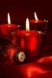 Rote Kerzen mit Farbbändern Stockfotografie