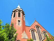 Rote Kirche-blauer Himmel Stockfoto