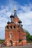 Rote Kirche mit schwarzen Kuppeln Stockfoto