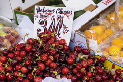 Rote Kirschen für Verkauf auf Marktstall Lizenzfreie Stockfotografie