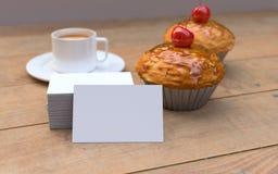 Rote Kirschkleine kuchen mit den weißen, leeren Visitenkarten Modell Stockbild