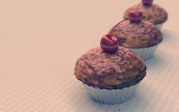 Rote Kirschkleine kuchen, Muffins, Weinleseblick Lizenzfreie Stockbilder