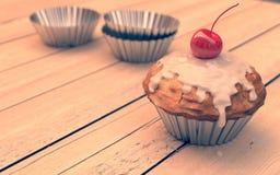 Rote Kirschkleine kuchen, Muffins, Weinleseblick Stockbilder