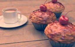 Rote Kirschkleine kuchen, Muffins, Weinleseblick Lizenzfreie Stockfotos
