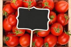 Rote Kirschtomaten mit schwarzem Preiszeichen Lizenzfreie Stockbilder