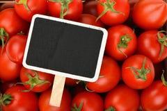 Rote Kirschtomaten mit schwarzem Preiszeichen Stockfotografie