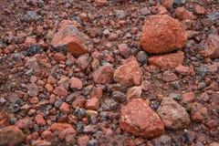Rote kleine Steine auf der Straßennahaufnahme Stockfotos