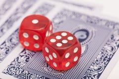 Rote Knochen auf Spielkarten Stockfotografie