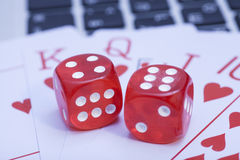 Rote Knochen auf Spielkarten Stockfotos