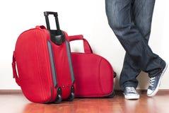 Rote Koffer und der Mann Lizenzfreie Stockbilder
