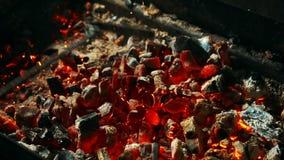 Rote Kohlen werden durch Rührstange in der Grillstation, Abschluss oben gemischt stock footage
