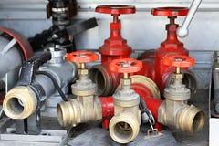 Rote Kolbenschieber und Feuerlanzen von LKWs von Feuerwehrmänner duri Lizenzfreie Stockfotos