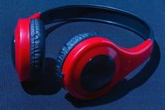 Rote Kopfhörer lizenzfreie stockbilder