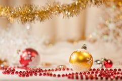 Rote Korn- und Weihnachtskugeln. Stockfoto