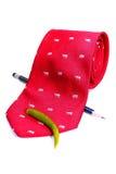 Rote Krawatte mit Bleistift und Paprika Stockfoto