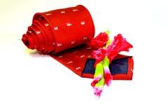 Rote Krawatte und Blume im weißen Hintergrund Lizenzfreies Stockfoto
