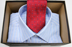 Rote Krawatte und Hemd lizenzfreie stockbilder
