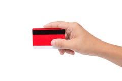 Rote Kreditkarte, die an Hand hält lizenzfreie stockfotografie