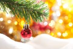 Rote Kugel auf dem Weihnachtsbaum Lizenzfreies Stockbild