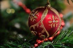 Rote Kugel auf dem Weihnachtsbaum Stockfoto