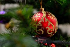 Rote Kugel auf dem Weihnachtsbaum Stockfotografie