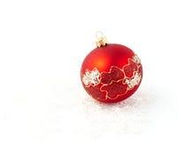 rote Kugel der Weihnachtsbaum-Dekoration getrennt Stockbilder