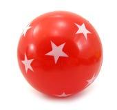 Rote Kugel mit weißen Sternen auf ihr Stockfotos